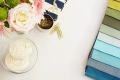 在桌上的织品样品 设计师工作场所概念 自由职业者的在舱内甲板的时尚舒适的阴物工作区放置样式 免版税库存照片