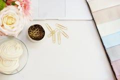 在桌上的织品样品 设计师工作场所概念 自由职业者的在舱内甲板的时尚舒适的阴物工作区放置样式 免版税图库摄影