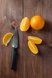 在桌上的水多的桔子 免版税库存图片