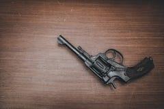 在桌上的黑左轮手枪 库存图片