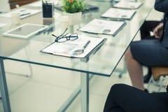 在桌上的财政图在业务会议前 免版税库存图片