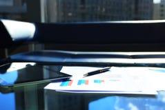 在桌上的财政图 免版税库存照片