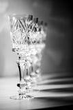 在桌上的水晶酒杯 免版税库存图片