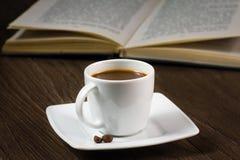 在桌上的黑浓咖啡 免版税库存照片