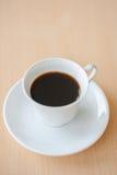 在桌上的黑热的咖啡 库存照片