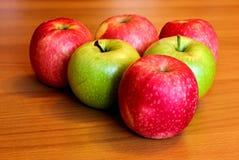 在桌上的绿色和红色苹果 库存照片
