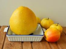 在桌上的黄色果子 库存照片