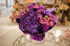 在桌上的紫色花花束构成 免版税库存照片