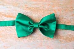 在桌上的绿色蝶形领结 库存图片