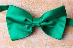 在桌上的绿色蝶形领结 免版税库存照片