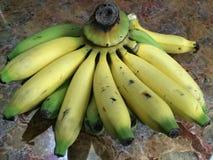 在桌上的绿色黄色香蕉 图库摄影
