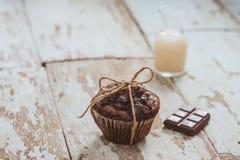 在桌上的Dellicious自创巧克力松饼 立即可食 图库摄影