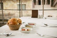 在桌上的Meze小盘:hummus, Antep Ezmesi 免版税库存照片