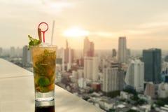 在桌上的Mojito鸡尾酒在与曼谷市的屋顶酒吧 库存图片