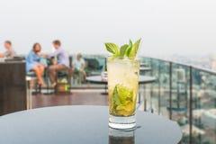 在桌上的Mojito鸡尾酒在屋顶酒吧 免版税库存图片