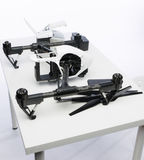 在桌上的Quadrocopter成套工具 库存图片