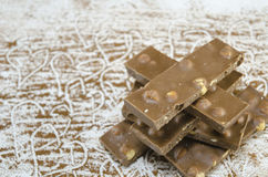 在桌上的Wholenuts巧克力与可可粉喷洒了 免版税库存图片
