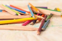 在桌上驱散的色的铅笔。蜡笔 免版税库存图片