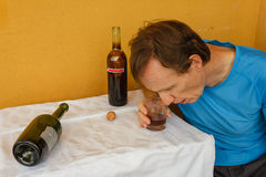 在桌上shumped的一个醉酒的人 库存照片