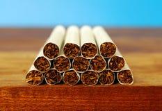 在桌书桌上的烟草香烟  免版税库存照片