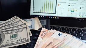 在桌关闭的各种各样的纸币钞票 财政演算、金钱和六角星形 免版税库存照片