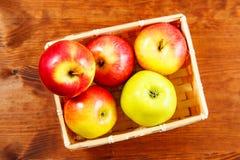 在桌关闭的成熟红色苹果 顶视图 免版税图库摄影