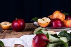 在桌关闭的成熟红色苹果 免版税库存照片