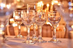 在桌关闭的水晶玻璃在一个特殊事件的时刻的许多香槟玻璃 库存照片