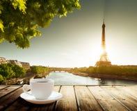在桌和埃佛尔铁塔上的咖啡 免版税库存照片