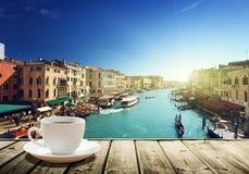 在桌和威尼斯上的咖啡日落时间的 库存照片