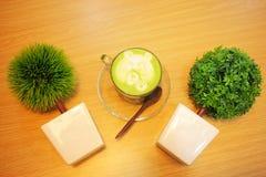 在桌和树上的绿茶 免版税库存照片