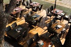 在桌和椅子下看法的上面在空的咖啡馆在早晨阳光光芒  免版税库存图片
