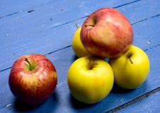 在桌安置的几个苹果绘了蓝色 图库摄影