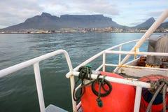 在桌山前面的渔拖网渔船 库存照片