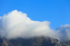 在桌山的巨型云彩在开普敦 库存图片