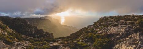 在桌山顶部的全景和日落的12位传道者 库存照片