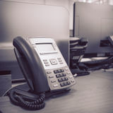 在桌工作的黑电话 免版税库存照片