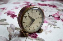 在桌布的古老台式时钟 库存图片