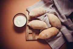 在桌布的热的小圆面包 库存照片