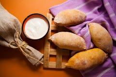 在桌布的热的小圆面包 图库摄影