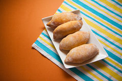 在桌布的热的小圆面包 免版税库存照片