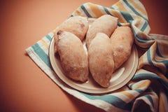 在桌布的热的小圆面包 库存图片