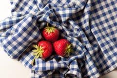 在桌布的草莓 免版税库存图片