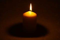 在桌布的蜡烛 库存图片