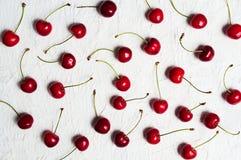 在桌平的位置的未加工的樱桃果子 库存照片