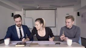 在桌年轻小组在一个起草的项目的三工作 影视素材