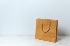 在桌木背景的包装纸袋子 免版税库存图片
