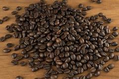 在桌木葡萄酒背景的咖啡豆 库存照片