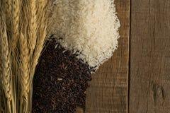 在桌木葡萄酒背景的米 免版税库存图片