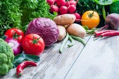 在桌木头的新鲜蔬菜 库存图片